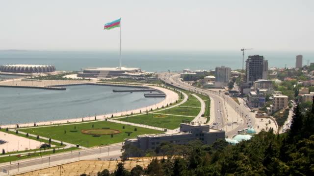Vista-panorámica-desde-arriba-en-una-gran-ciudad-cerca-del-mar-Bakú-Azerbaiyán-Lapso-de-tiempo