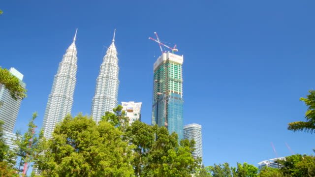 Las-Torres-Petronas-en-Kuala-Lumpur-vista-desde-el-parque-Timelapse-de-movimiento