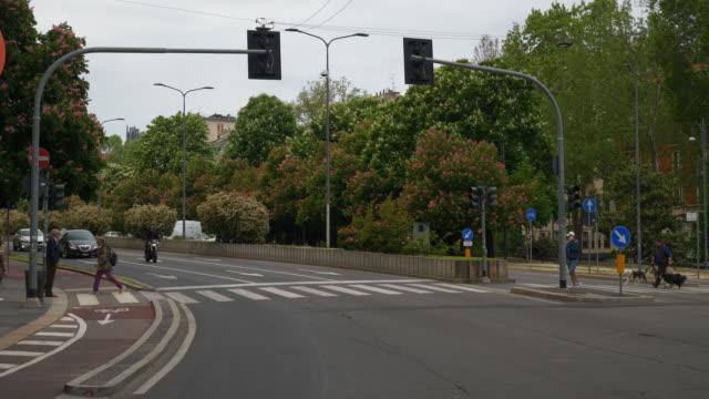 Italia-día-tiempo-Milán-ciudad-tráfico-calle-camino-lenta-panorama-4k