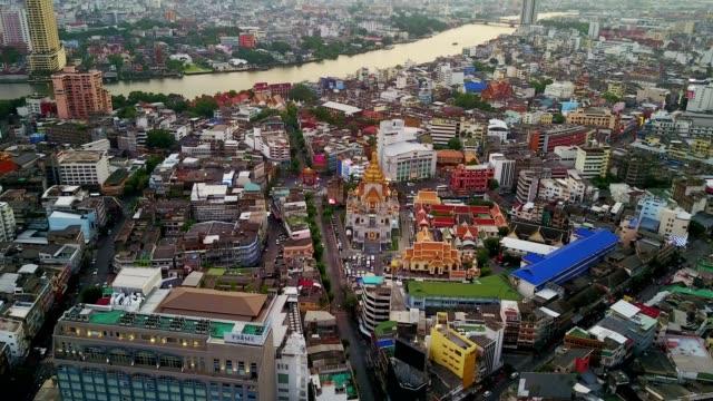 Volar-al-templo-la-escena-de-la-ciudad-Bangkok-Tailandia
