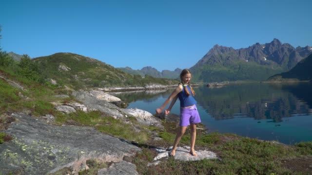 Eine-Mädchen-tanzt-vor-einem-Natur-Hintergrund