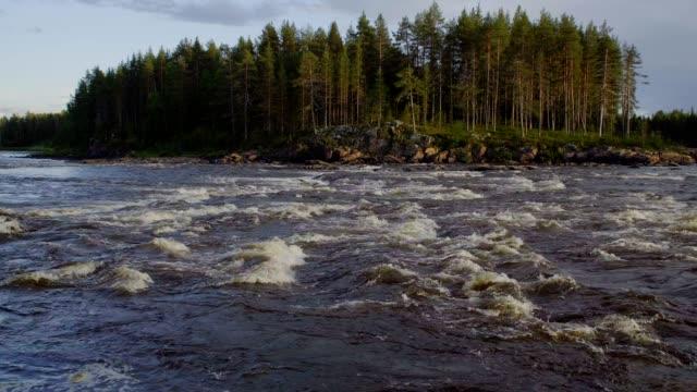 Río-con-rápidos-en-el-norte-de-Finlandia-agua-hirviendo