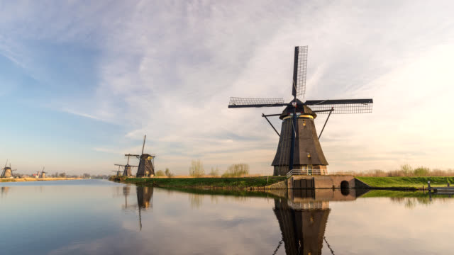 Dutch-Windmill-time-lapse-at-Kinderdijk-Village-Netherlands-4K-timelapse