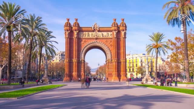 Luz-de-sol-Barcelona-España-arco-de-triunfo-a-carretera-panorama-4-K-lapso-de-tiempo