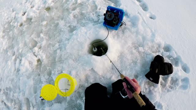 Fischer-Angeln-im-Schnee