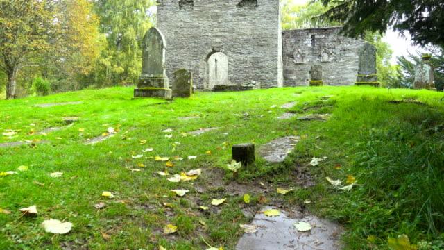 Alte-Grabsteine-auf-dem-Friedhof