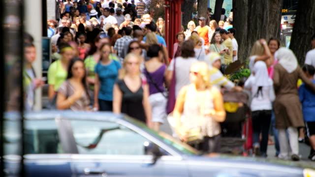 Multi-étnica-gente-caminando-en-calles-de-la-ciudad-Chicago