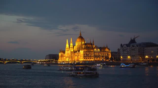 Budapest-Hungría-Flotador-de-buques-de-vapor-en-el-río-de-Danubio-en-la-noche-al-lado-del-palacio-presidencial-iluminada