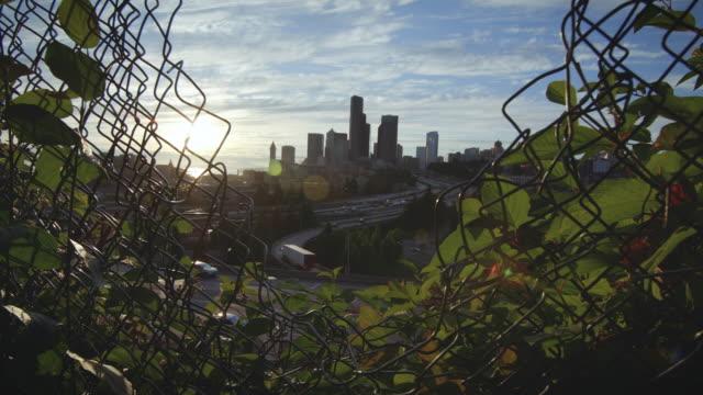 Naturaleza-a-la-transición-de-la-ciudad-a-través-del-orificio-de-guía-de-cadena