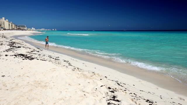 Atlético-hombre-para-correr-en-la-playa-caribeña-Cancún
