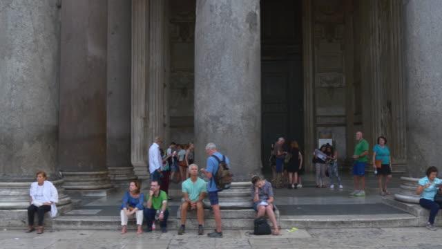 Italia-ciudad-atardecer-famoso-Panteón-de-columna-de-Roma-caminando-panorama-4k
