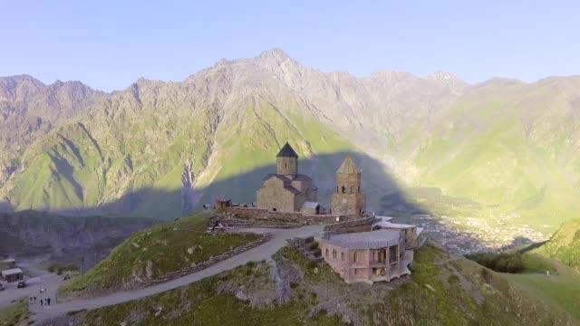 aérea-Gergeti-iglesia-ortodoxa-alto-en-las-montañas-Georgia