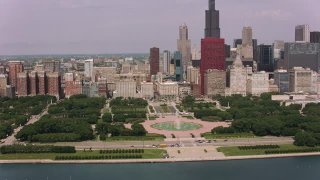Volando-sobre-la-Buckingham-Fountain-y-el-centro-de-Chicago-