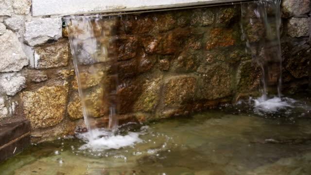 Agua-que-cae-en-el-movimiento-de-cámara-lenta