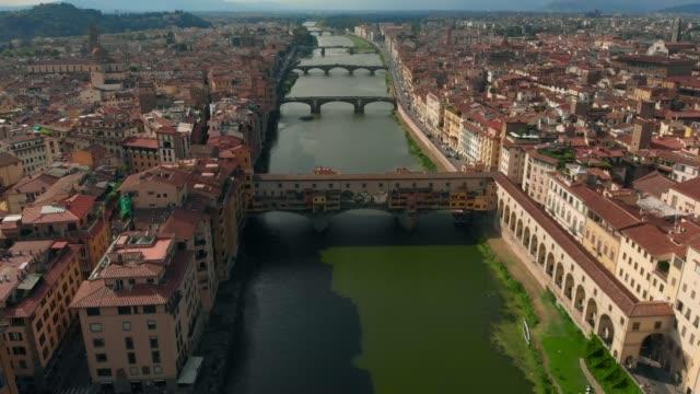 Vista-aérea-del-río-de-Arno-de-Florencia-el-Ponte-Vecchio-viejo-puente-4K