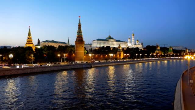 Nacht-Zeitraffer-des-Moskauer-Kreml-und-Moskwa-Fluss-mit-Kreuzfahrtschiffen-Russland