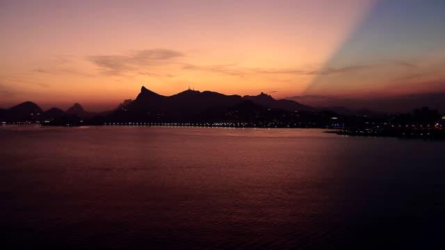 Flying-de-ángulo-bajo-Vista-cenital-de-Río-de-Janeiro-Brasil-al-atardecer