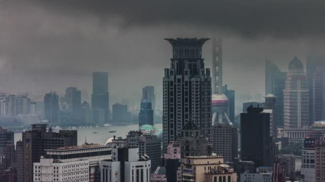 vista-de-día-lluvioso-en-la-mayor-parte-famosos-shanghai-edificios-4k-lapso-de-tiempo