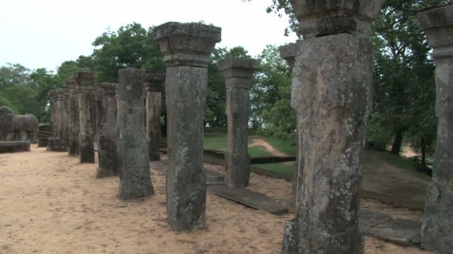 Vista-a-las-columnas-de-piedra-y-ruinas-del-antiguo-edificio-en-Polonnaruwa-Sri-Lanka-