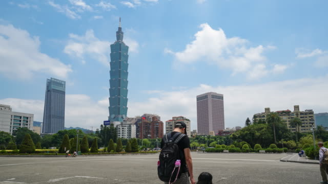 Taipei-Taiwán---25-de-abril-de-2018:-Timelapse-de-turista-desconocido-caminando-en-el-Parque-Memorial-Dr-Sun-Yat-Sen-con-Taipei-101-edificio-de-fondo-