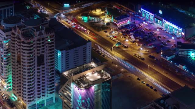 Dubai-la-noche-iluminación-estacionamiento-tráfico-calle-azotea-ve-4-k-tiempo-lapso-Emiratos-Árabes-Unidos