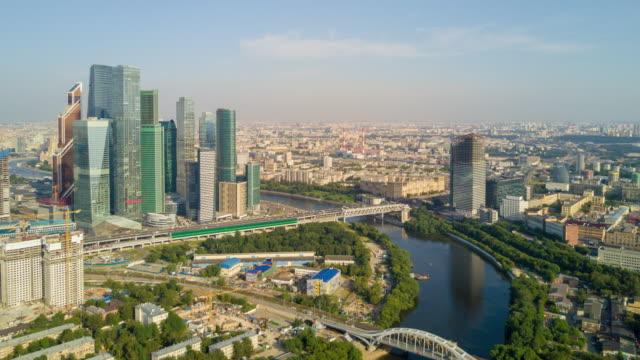 Rusia-verano-soleado-día-Moscú-ciudad-empresarial-Ribera-bloque-aéreo-panorama-4k-lapso-de-tiempo
