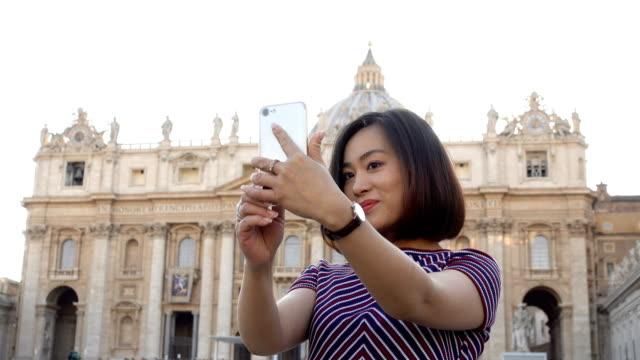 Joven-turista-asiático-bastante-tomando-selfie-en-Plaza-San-Pietro,-Roma