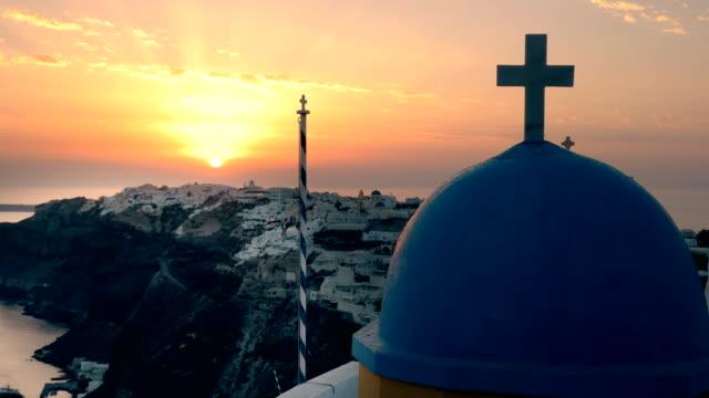 cerca-al-atardecer-de-una-cúpula-de-iglesia-en-oia-santorini