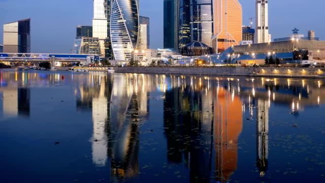 Hyperlapse-mañana-de-la-ciudad-de-Moscú-(Moscow-International-Business-Center)-y-el-tranquilo-río-de-Moskva-Rusia-