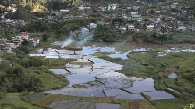 Rice-terraces-con-humo-desde-arriba-en-Filipinas