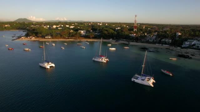 Volando-sobre-yates-y-casas-en-la-costa-de-Isla-Mauricio