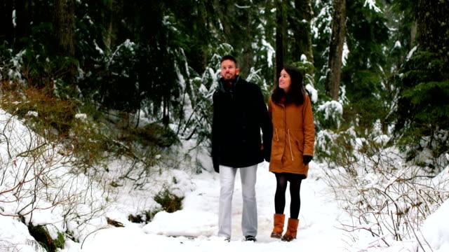 MEDIDADS-hablando-mientras-caminaba-por-el-sendero-del-bosque-cubierto-de-nieve