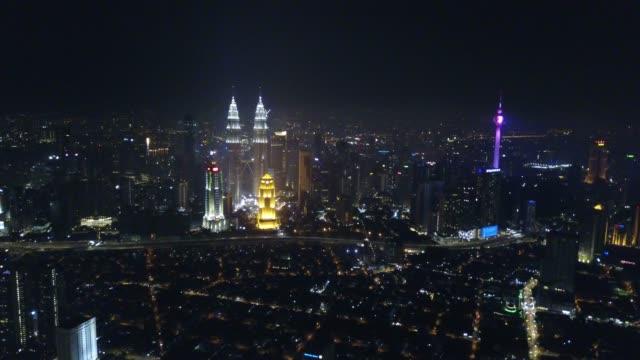 Vista-aérea-de-Kuala-Lumpur-en-la-noche-junto-a-la-torre-KLCC-