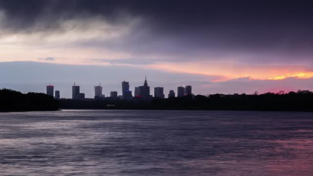 Lapso-de-tiempo-deslizante-del-atardecer-lluvioso-en-Varsovia-con-bello-horizonte-sobre-el-río-Vístula
