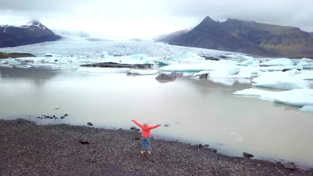 Vista-increíble-del-ABEJÓN-de-hembras-junto-a-la-laguna-glaciar-en-brazos-de-Islandia-extendidos
