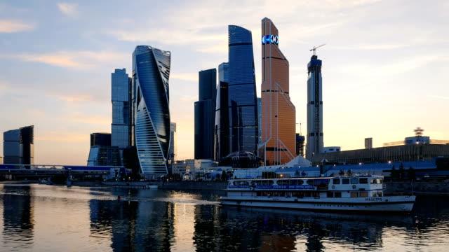 Lapso-de-tiempo-de-puesta-de-sol-de-la-ciudad-de-Moscú-(Moscow-International-Business-Center)-y-el-tranquilo-río-de-Moskva-Rusia-