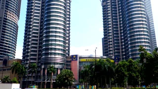 Malasia-KUALA-LUMPUR---16-de-octubre-de-2018-Las-Torres-Petronas-sobre-fondo-de-cielo-Edificios-más-altos-del-mundo-hasta-el-2004