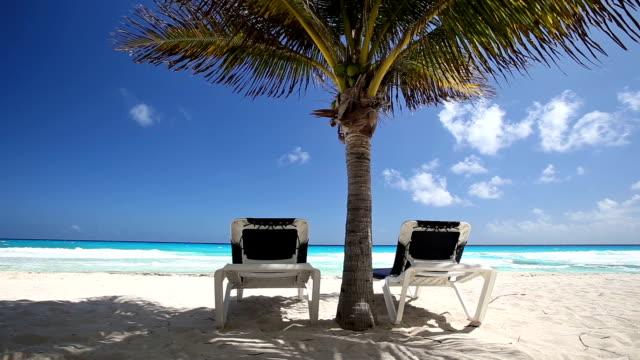 Playa-Tropical-con-sol-sombrillas-y-camas