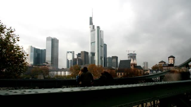 Gente-caminando-por-el-puente-en-Frankfurt