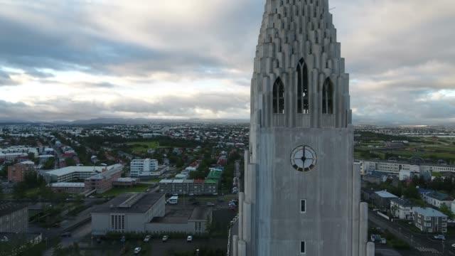 Imágenes-aéreas-de-la-iglesia-de-Hallgrímskirkja-en-Reykjavik-Islandia
