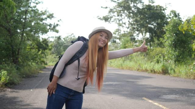 Backpacker-de-mujer-viajero-autostop-en-la-carretera-y-caminar-