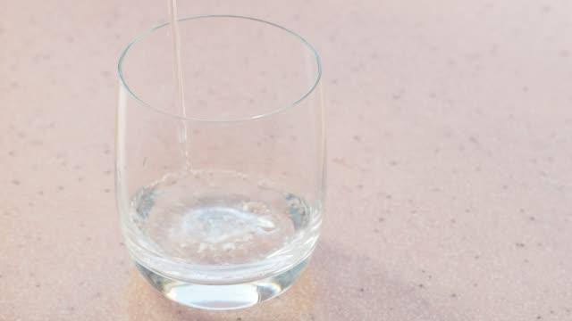 vierte-el-agua-mineral-con-gas-en-vidrio