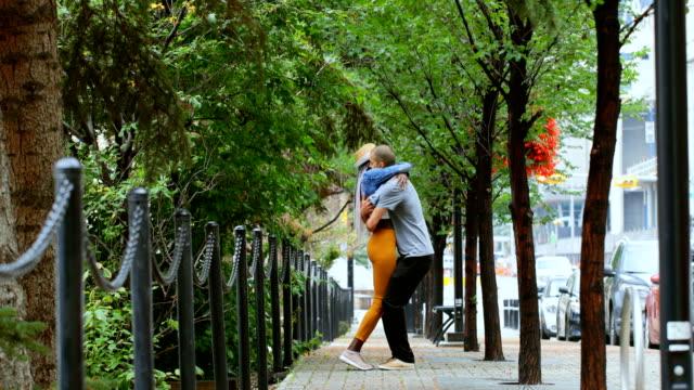 Paar-umarmen-einander-in-der-Stadt-4k
