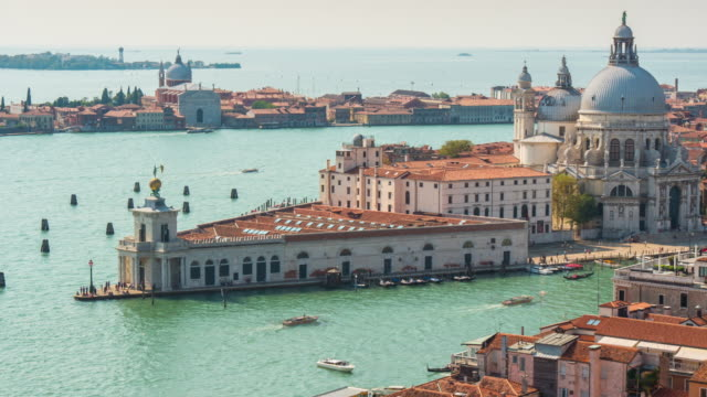 día-de-sol-de-Venecia-Italia-santa-maria-panorama-de-punto-de-della-salute-basilica-campanile-vista-4k-lapso-de-tiempo
