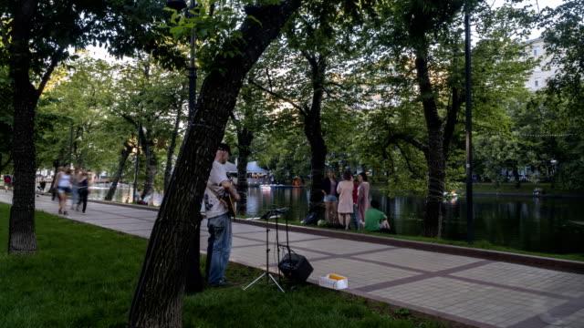 hyperlaps-video-de-personas-paseando-en-un-día-de-verano-a-lo-largo-de-la-Avenida