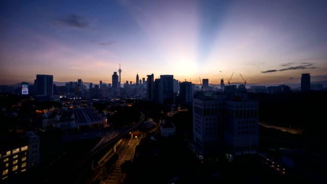 espectacular-amanecer-en-la-ciudad-de-Kuala-Lumpur-con-el-rayo-de-sol-estalló-Mudanza-y-cambio-de-nubes-de-color-