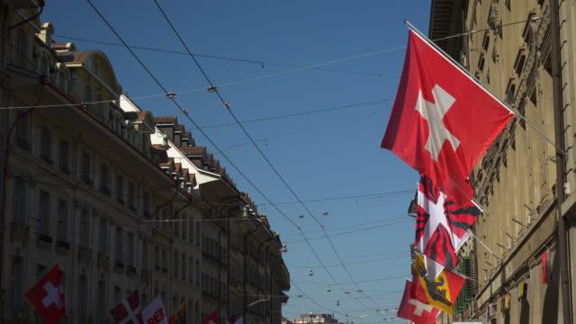 Panorama-de-decoración-de-la-calle-de-Suiza-día-soleado-Berna-ciudad-banderas-nacionales-4k