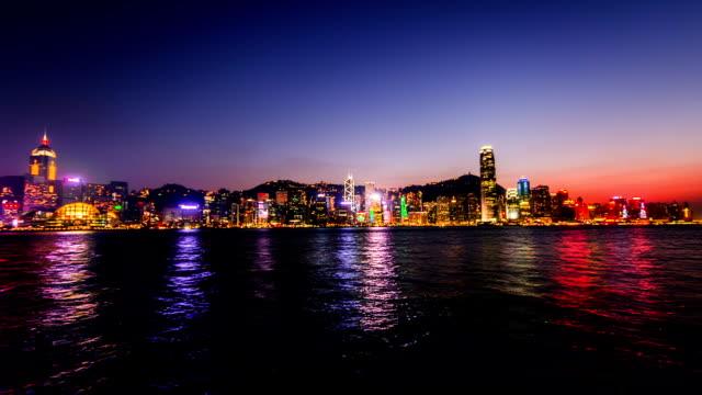 Hong-Kong-China-–-Nov-15-2014:-Vom-Tag-zur-Nacht-von-der-atemberaubenden-Blick-auf-Victoria-Harbour-in-Hongkong-China