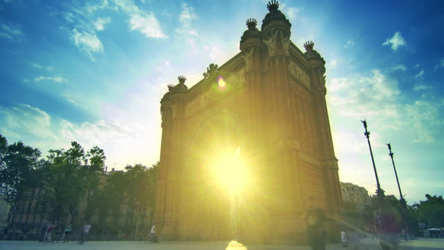 Monumentos-de-Barcelona-Arco-de-rayos-de-sol-en-triunfo-en-Barcelona-España