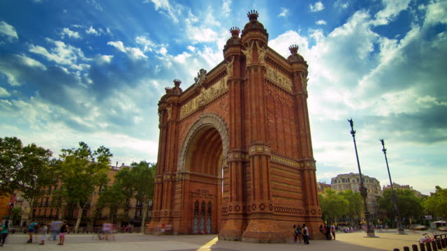 Arco-de-triunfo-de-Barcelona-Timelapse-del-cielo-de-nubes-sobre-el-arco-de-triunfo-de-Barcelona